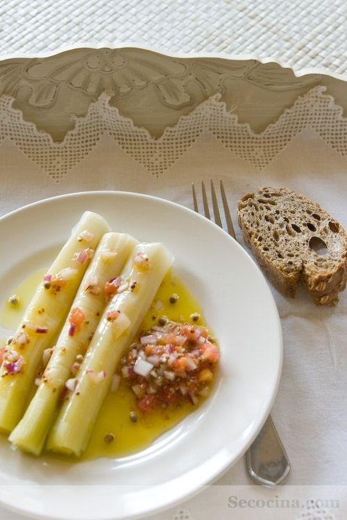 Receta de puerros con vinagreta: puerros al vapor, tomate, cebolla roja, mostaza y semillas de cilantro. Una receta sencillísima pero poco frecuente.