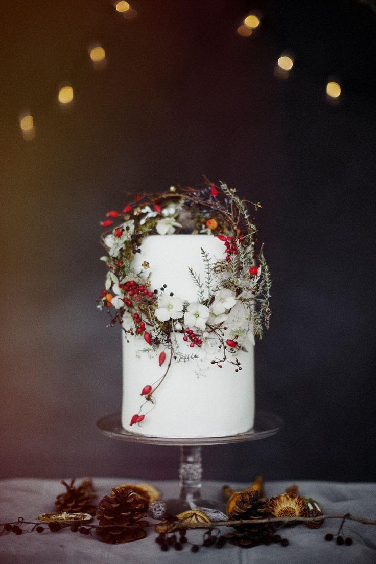 Winterhochzeit Kranz für die Torte Wild and natural winter wedding inspiration by Amy Swann, photography by Jess Petrie.