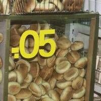 Grundnahrungsmittel waren sehr billig. Das Brötchen kostete von Anfang bis Ende der DDR 5 Pfennige. Die Kehrseite war, dass subventionierte Nahrungsmittel auch als Futtermittel verwendet wurden