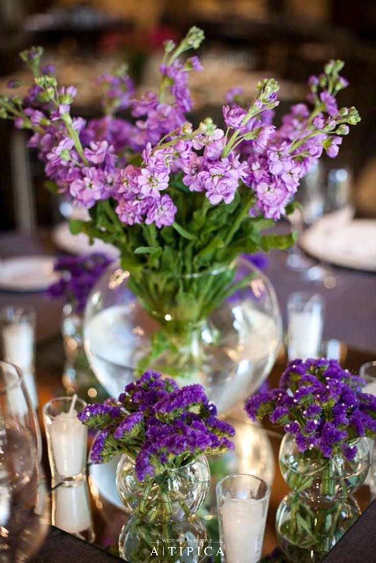 Decoración centro de mesa con flores lilas y moradas, velas y espejos · A-Tipica…