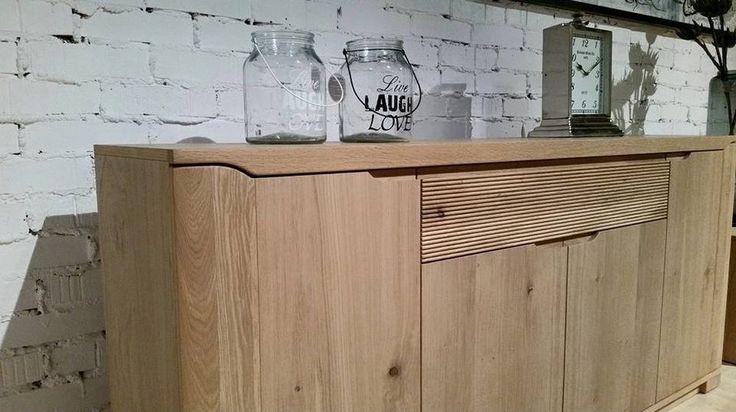 Komoda to mebel do salonu, sypialni czy przedpokoju. Komoda z szufladą i pojemnymi szafkami wykonana z drewna w jasnym kolorze.
