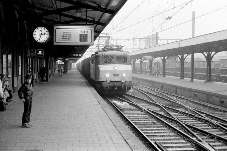 Dordrecht<br />Dordrecht 1980: Op een uitgesproken nevelige 23e februari van het jaar 1980 passeert deze door locomotief 1109 getrokken containertrein het station van Dordrecht. Deze keer hebben we een goed uitzicht op het eerste perron, waar toen een echte stationsrestauratie niet ontbrak.