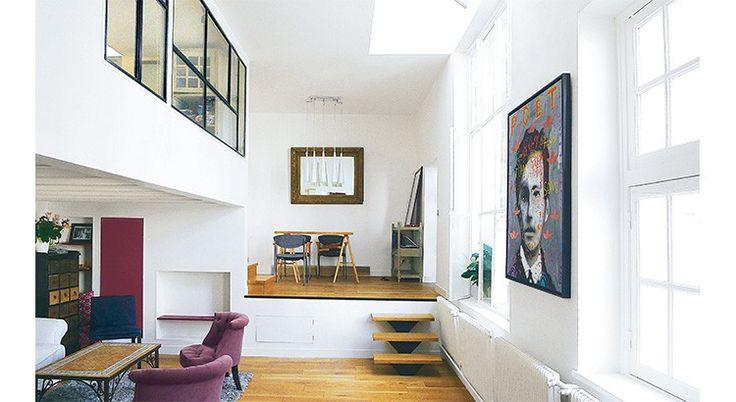 Découvrez ce bel aménagement : afin d'optimiser les volumes existants et profiter d'une lumière maximale, une chambre fermée en mezzanine a été créée dans cet atelier...