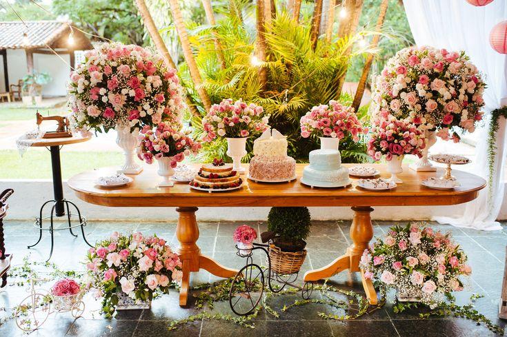 Rosa, rosa, rosa :) Mesa de bolos mais que fofa.