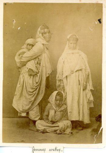 Algérie, Femmes Arabes Vintage albumen print. Déchirure Tirage albuminé 1