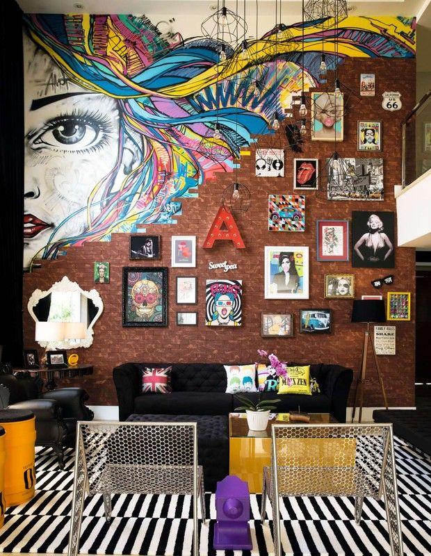 A sala tem pé-direito de  6,9 metros, com tijolos aparentes, em estilo street.  A cantora encomendou um grafite ao carioca Marcelo Ment.  (Foto: Marcelo Tabach/Ed. Globo)