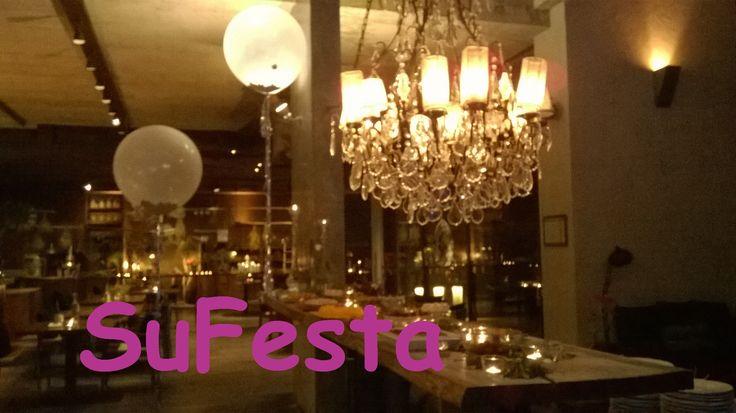 Balões gigantes  num cenário romântico Geronimo ballons & modern wedding deco