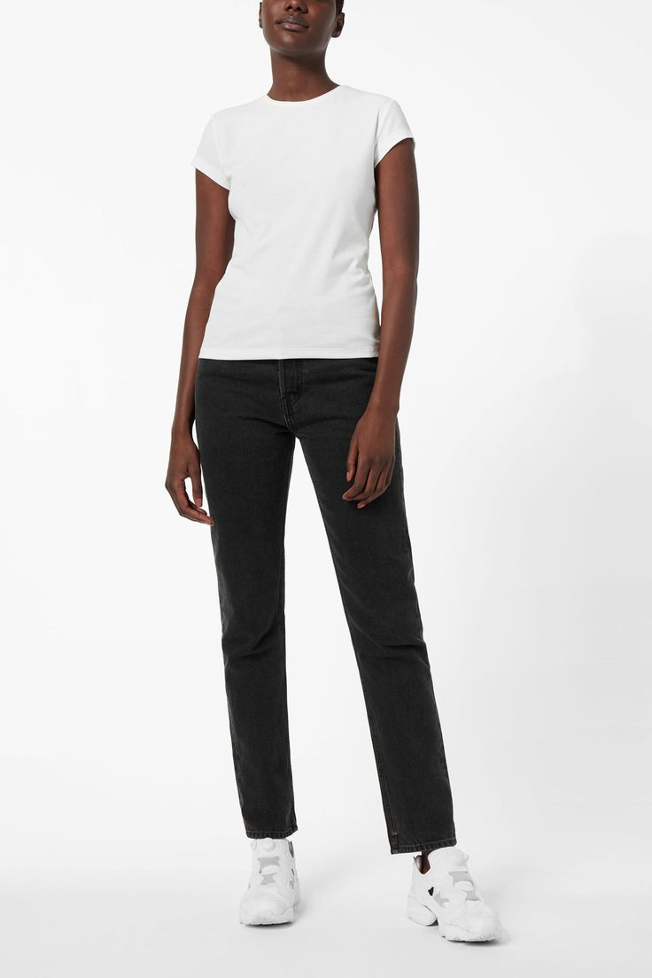 The Alice T-shirt is a simple piece that works as a base for a variety of outfits. Made from a soft cotton blend, it has a fitted cut with a round neck, ca