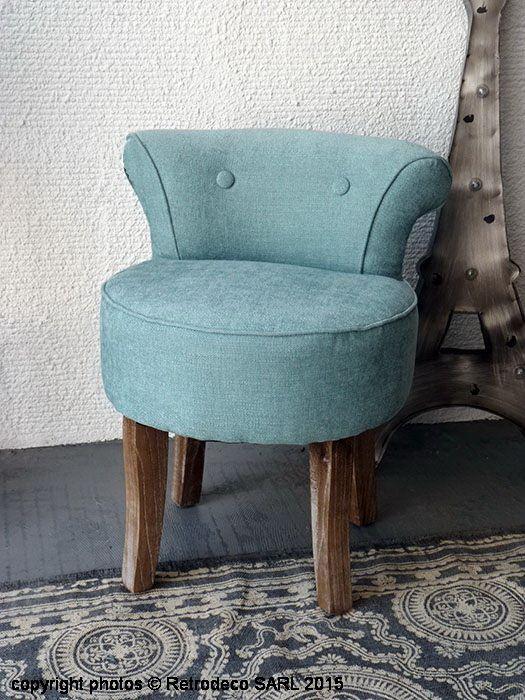 Coup de coeur pour ce petit fauteuil crapaud capitonné en lin bleu pétrole à utliser comme fauteuil d'appoint. Son petit dossier courbé et son assise épaisse lui donnent tout son cachet et tout son charme et font de ce fauteuil un élément aussi utile que décoratif. Une création signée Hanjel. Il existe dans d'autres coloris. 4 pieds en bois patiné.