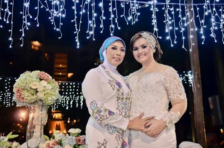 My #wedding #weddingparty #outdoor #white #kebaya with my mother.