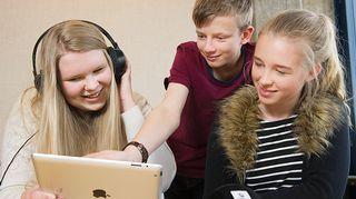 Nuoret kokeilevat Yle Uutisluokka Triplet -sovellusta iPadilla.