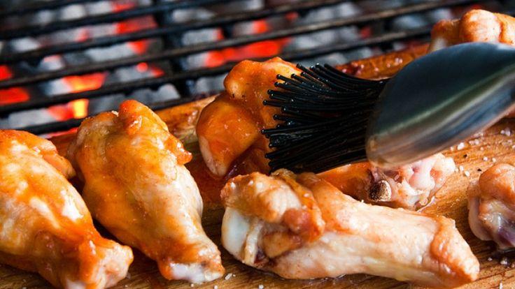 Cosce di pollo alla brace con salsa piccante con paprika e tequila. Ricetta.