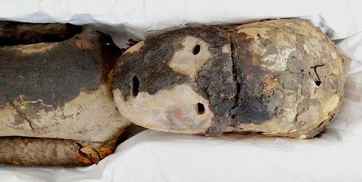 Párvulo momificado cultura Chinchorro,3300 A.C. aprox.  MOMIAS CHINCHORRO: LAS MÁS ANTIGUAS DEL MUNDO Esta cultura practicó la momificación artificial dos mil años antes que los egipcios. Era un pueblo sedentario, que vivió hace 5000 años en el litoral del desierto de Atacama y explotó el mar para subsistir.