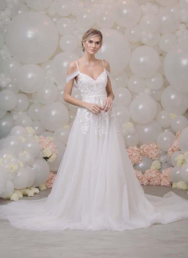 9a8ce841834 Vestido de noiva estilo princesa, em tule com aplicação de rendas ...