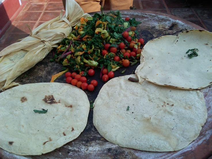 En el comal, ensalada tibia de quelites y flores con tomatitos de recolección, metlapique de trucha y tortillas para taquear
