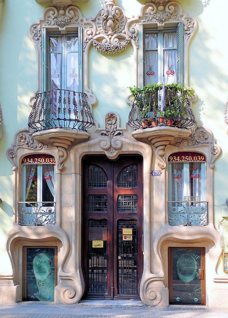 Casa Pere Brias, Barcelona, Spain В Барселоне вообще много таких моментов, архитектура хоть и не сдержанная, но красива своей пластикой и наполнением