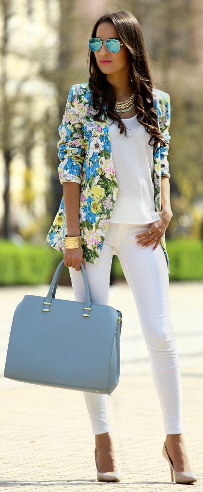 Blazer de flores Camisa y pantalon blanco Gafas de espejos ray-ban
