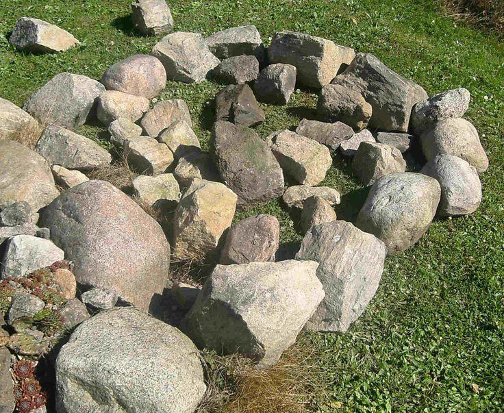 Bygga stenparti - Man kan konstruera ett stenparti på flera olika sätt. Här kommer en beskrivning av hur jag byggt upp ett antal stenpartier för kaktusar och andra suckulenter. Man kan naturligtvis använda denna princip till andra växter. Det gäller bara att ha en optimal dränering för resp. växtslag.