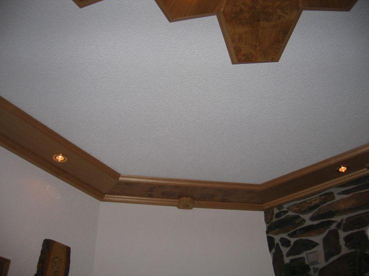 Bei den Deckenelementen werden auch Randleisten gesetzt, die ebenfalls mit entsprechenden Leuchtmitteln ausgestattet sind.