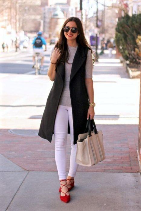 Look para la universidad balerinas rojas flats skinny jeans blanco blazer negro blusa gris
