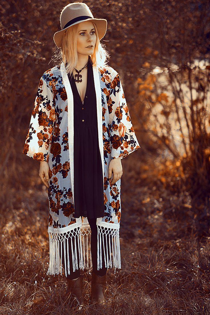 Kimono mit Rosen Muster aus Samt kombiniert mit schwarzem Kleid und Hut