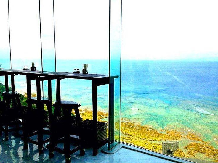 夏の人気旅行先と言えば、やはり「沖縄」。沖縄には様々な観光スポットがありますが、今回は、ドライブの途中に立ち寄れる絶景ロケーションカフェを10つご紹介いたします。沖縄の美しい海を見ながらちょっと休憩してみては?#1 オーシャンビューカフェ残波邸photo by instagram @flolin.oki沖縄の |国内, 宮城県, 沖縄, 絶景|旅行・観光のおすすめ「wondertrip」