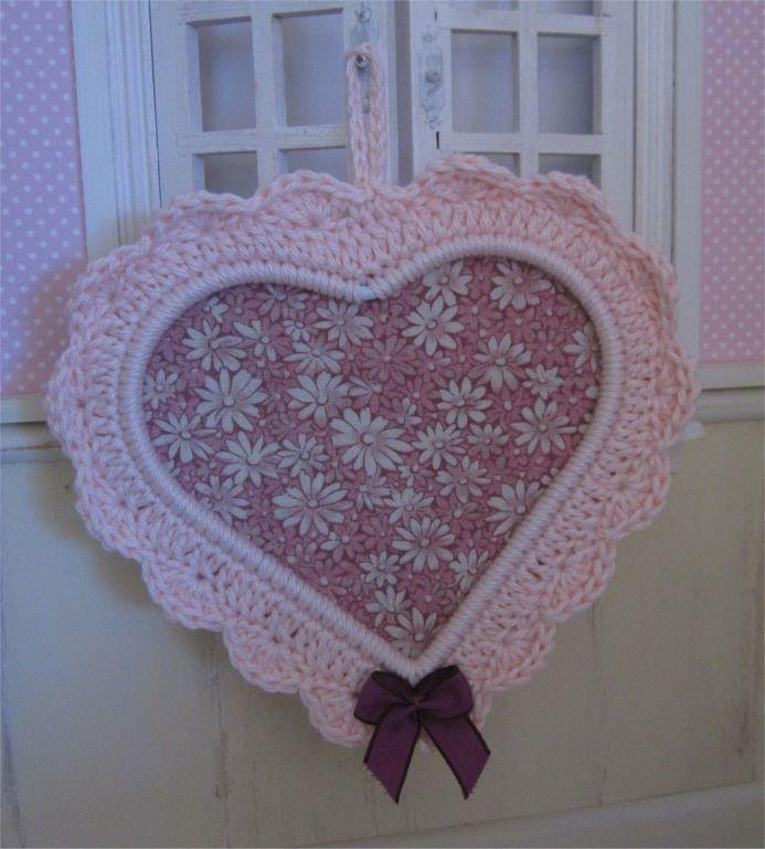 Petit cadre coeur rose pale avec bordure au crochet : Décorations murales par atelier-crochet