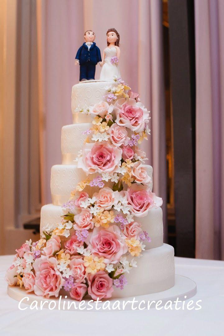 Victoriaanse bruidstaart, met een zee van bloemen.