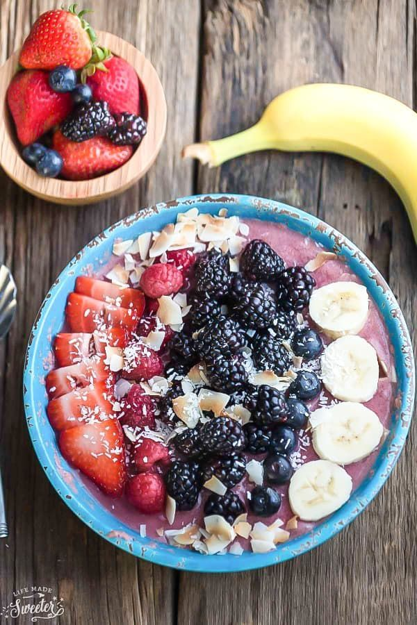 Mixed Berry Detox Smoothie Bowl - the perfect healthy way to start the day. Best of all, iso easy to customize using your favorite mix of berries & greens.