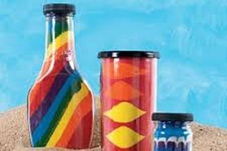 """In casa non manca di certo qualche bottiglia di vetro vuota, che in genere smaltiamo con la raccolta differenziata. Se ci piace creare oggetti per abbellire l'ambiente e trascorrere del tempo in modo """"artistico e creativo"""", le possiamo utilizzare, magari intrattenendo i ragazzini in modo piacevole. Riusciremo a riutilizzare una bottiglia vuota e creare un utile e colorato soprammobile, di seguito una semplice guida che illustra come decorare bottiglie di vetro con la sabbia."""