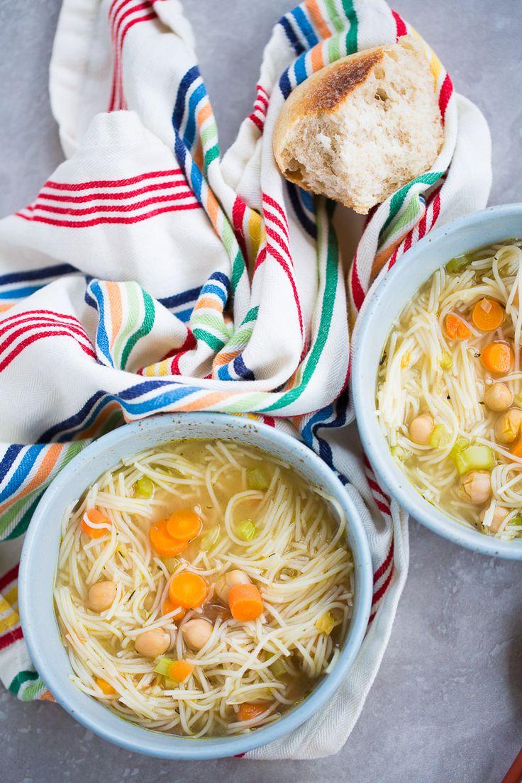 Sopa de pollo vegana This recipe of chickpea vegan noodle soup is to die for. Sopa de pollo vegana This recipe of chickpea vegan noodle soup is to die for. Beef Tip Recipes, Paleo Salad Recipes, Delicious Vegan Recipes, Healthy Recipes, Vegan Noodle Soup, Vegetable Noodle Soup, Homemade Beans, Homemade Soup, Vegan Soups