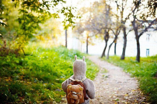 Coraz częściej do gabinetów psychologów trafiają ludzie, którzy nie przeżyli żadnej traumy ani życiowej tragedii, nie doświadczyli przemocy, nie byli wykorzystywani, a jednak borykają się z ogromnymi trudnościami z uporządkowaniem swojego życia. Mają problemy z nawiązywaniem relacji z innymi ludźmi i z samooceną. Okazuje się, że część z nich jest dziećmi rodziców, którzy jednocześnie są obecni i nieobecni. Jak to możliwe?