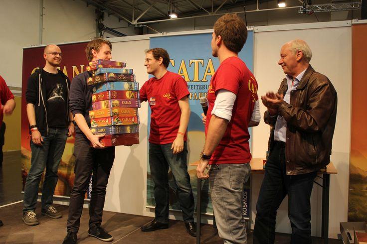 Der Gewinner des Catan Weltrekordes erhält seinen Preis