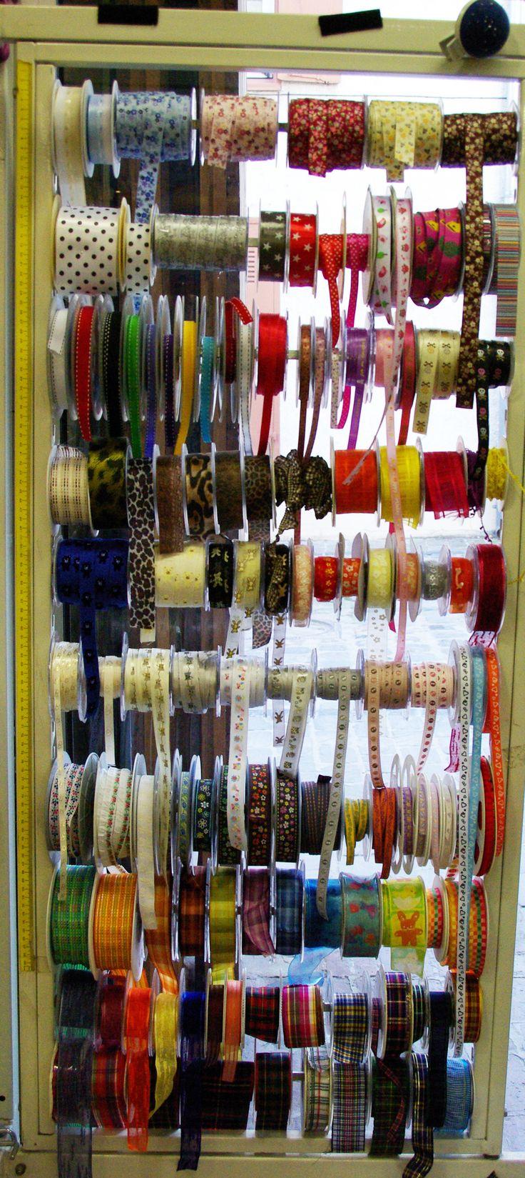 Divers coloris et motifs de rubans pour l'arrivée des beaux jours. Disponibles au rayon Mercerie de votre magasin.