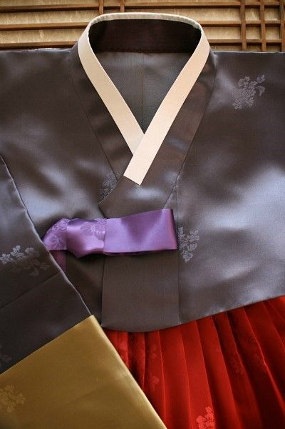 진회색저고리에 보라색 고름으로 포인트를 주고 와인빛 붉은색 치마로 멋스러움을 연출한 스타일 치마 주름...