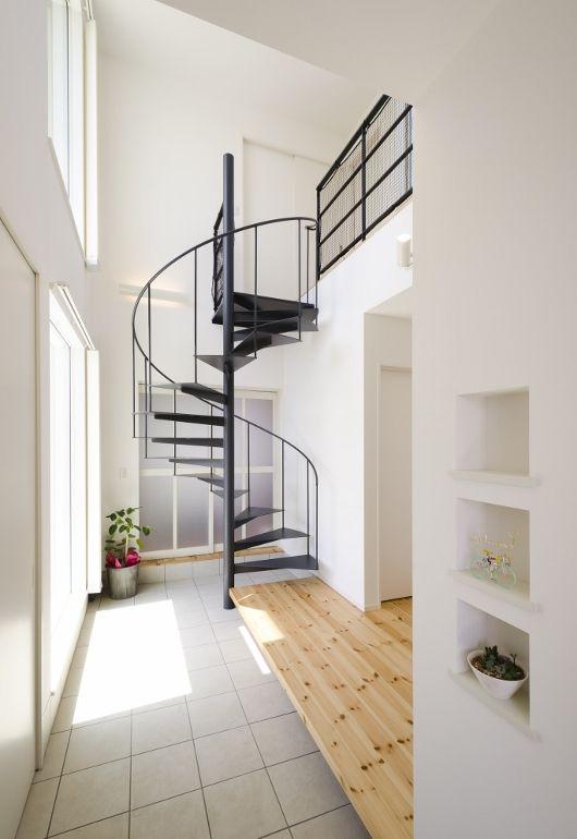 玄関正面に見える、この家のシンボルとも言えるらせん階段。