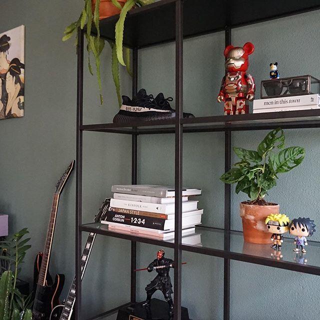 De VITTSJÖ kast thuis bij @irndsn | IKEA IKEAnederland stellingkast woonkamer opberger studeerkamer vitrinekast vitrine eetkamer