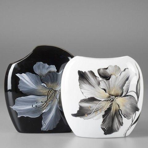 Je pense que pour  le vase noir la fleur est en couleurs métallique et le vase blanc en couleurs traditionnelles. MB