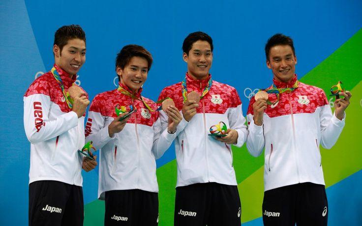 リオ五輪第4日。水泳。男子4x200m自由形リレーで銅メダル、ベテランの松田丈志(1番右)を「手ぶらで帰さなかった」、小堀勇気(右から2番目)、江原騎士(左から2番目)、萩野公介(1番左)=ブラジル・リオデジャネイロ