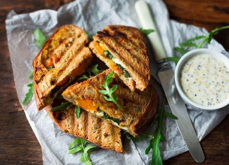 Na śniadanie, na kolację lub na piknik - chrupiące panini z pieczoną dynią, jarmużem, ricottą i dojrzewającą szynką.