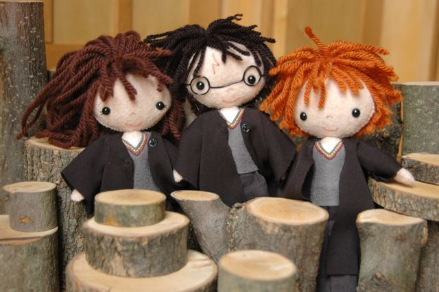 Homemade Harry Potter dolls.  I'm dying. I need to make these, STAT.