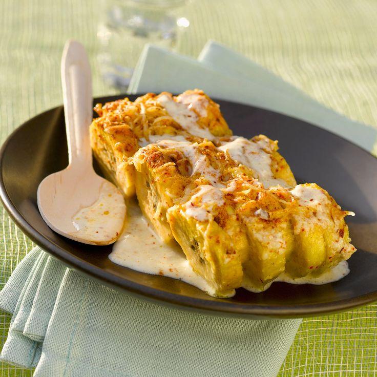 Bananes plantains gratinées au four • 8 petites bananes plantain • 1 pincée de piment d'Espelette • 100 g de fromage râpé • 2 cuil. à soupe de lait de coco • sel, poivre