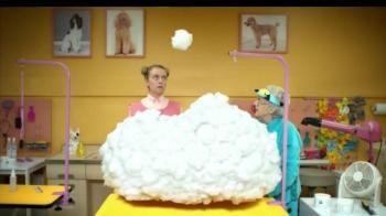 """En una peluquería de perros, se encuentra una nube. Al rasurar la nube, caen los dulcesitos de Skittles.- iSpot.tv """"Rasura el arcoiris, saborea el arcoiris"""""""