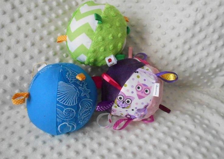 Chociaż sklepy pełne są zabawek dla dzieci, warto swojemu maluchowi zrobić coś samodzielnie i pokazać mu, jak taka zabawka powstaje od początku do końca. Przedstawiamy instruktaż, jak zrobić zabawkę – piłeczki z grzechotką. Może to być dobry pomysł na prezent na Dzień Dziecka.