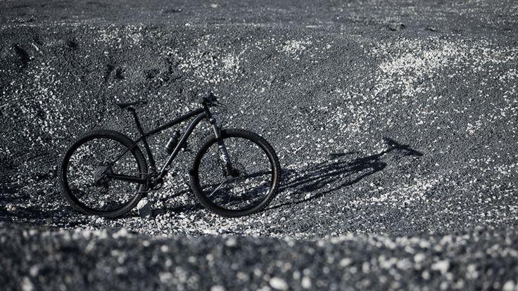 Faire du vélo sur la Lune, c'est possible mais pas facile. Notamment, parce que nous serions trop légers. La gravité de la Lune est six fois plus faible que celle de la Terre. Un homme de 75 kg n'y pèse plus que 12,5 kg. La force de contact du pneu arrière sur le sol lunaire est réduite d'autant. A chaque coup de pédale un peu fort, la roue patinerait dans la poussière du sol lunaire et le cycliste ferait du sur place.