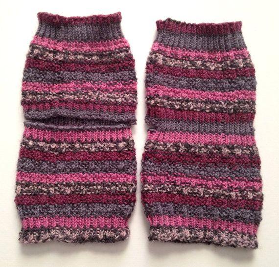 Toeless Yoga Socken Hand stricken in Rosa-lila und grau Streifen diese gemütliche, Zehe-Less, Heel-Less Socken sind perfekt zu tragen auf Yoga, Tanz oder Pilates-Klasse zu wärmen und zu verhindern, rutschen oder sogar zu Pediküre während die kalten Wintermonate tragen! Auch können auf einige Flip-flops werfen und an einem lauen Sommertagen morgen tragen. Sie werden mit einem 55 % wool/30% Nylon/15% Bambus-Mischung gestrickt. Maschine waschen trocken und warm-Wohnung. Die Farbe beste...