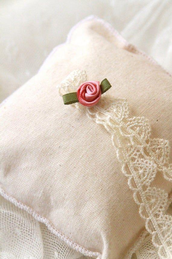 Coussin alliances mariage champêtre fleur et dentelle