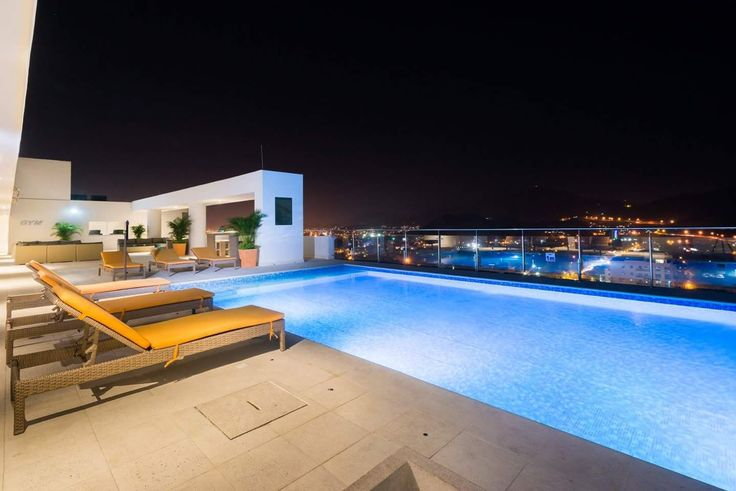 La pisicna del hotel en la terraza desataca por su iluminación y por la vista a la ciudad
