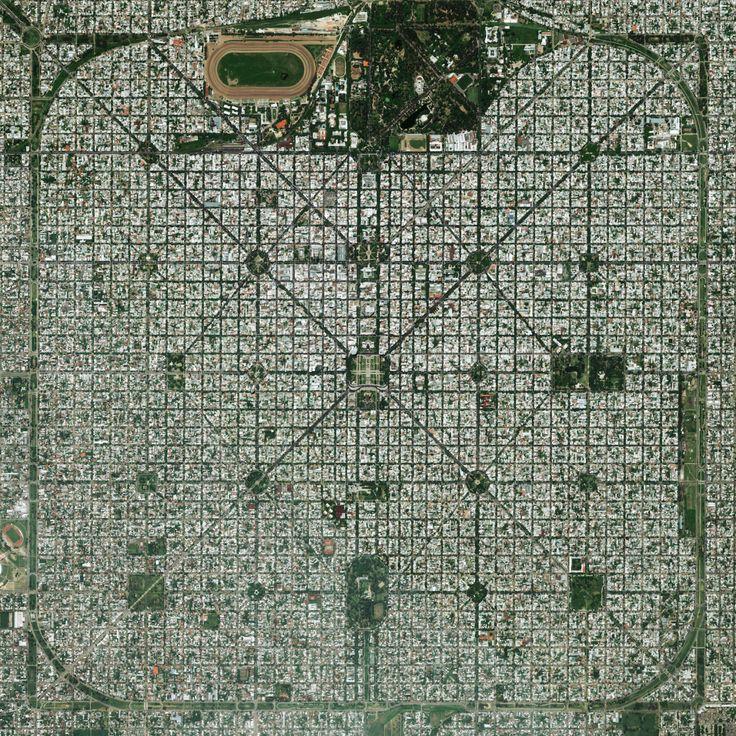 """La Plata, Buenos Aires eyaletinin başkenti planlanan şehir, onun sıkı ızgara deseni ile karakterize edilir. Paris'te 1889 Dünya Fuarı'nda, yeni şehir """"Daha iyi performans inşa etti."""" """"Geleceğin Şehri"""" için iki altın madalya kazandı edildi ve 34 ° 55'16 """"S 57 ° 57'16"""" Wwww.dailyoverview.com"""