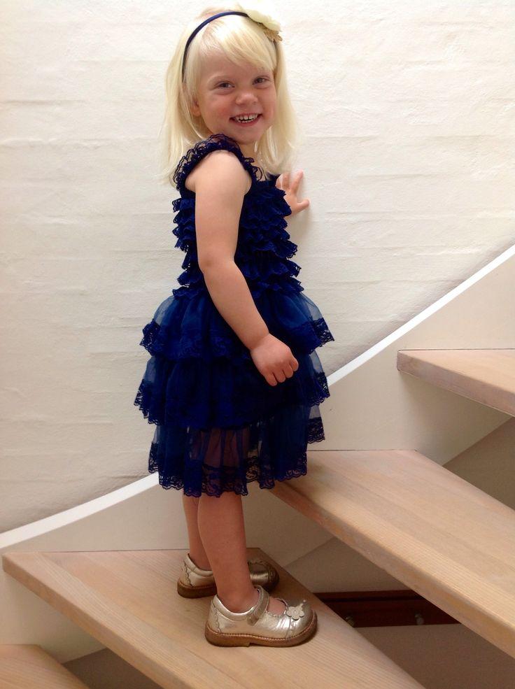 Marineblå blondekjole str. 6 mdr - 5 år. Sød pigekjole til efteråts fester.